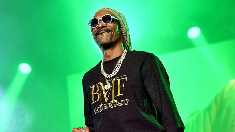 Snoop Dogg Invites Fans Into His Virtual Mansion In NFT Partnership – VIBE.com