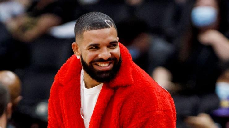 """Drake Invites """"50 To 100 Girls"""" To His Parties Only To Ignore Them, Says Podcaster"""